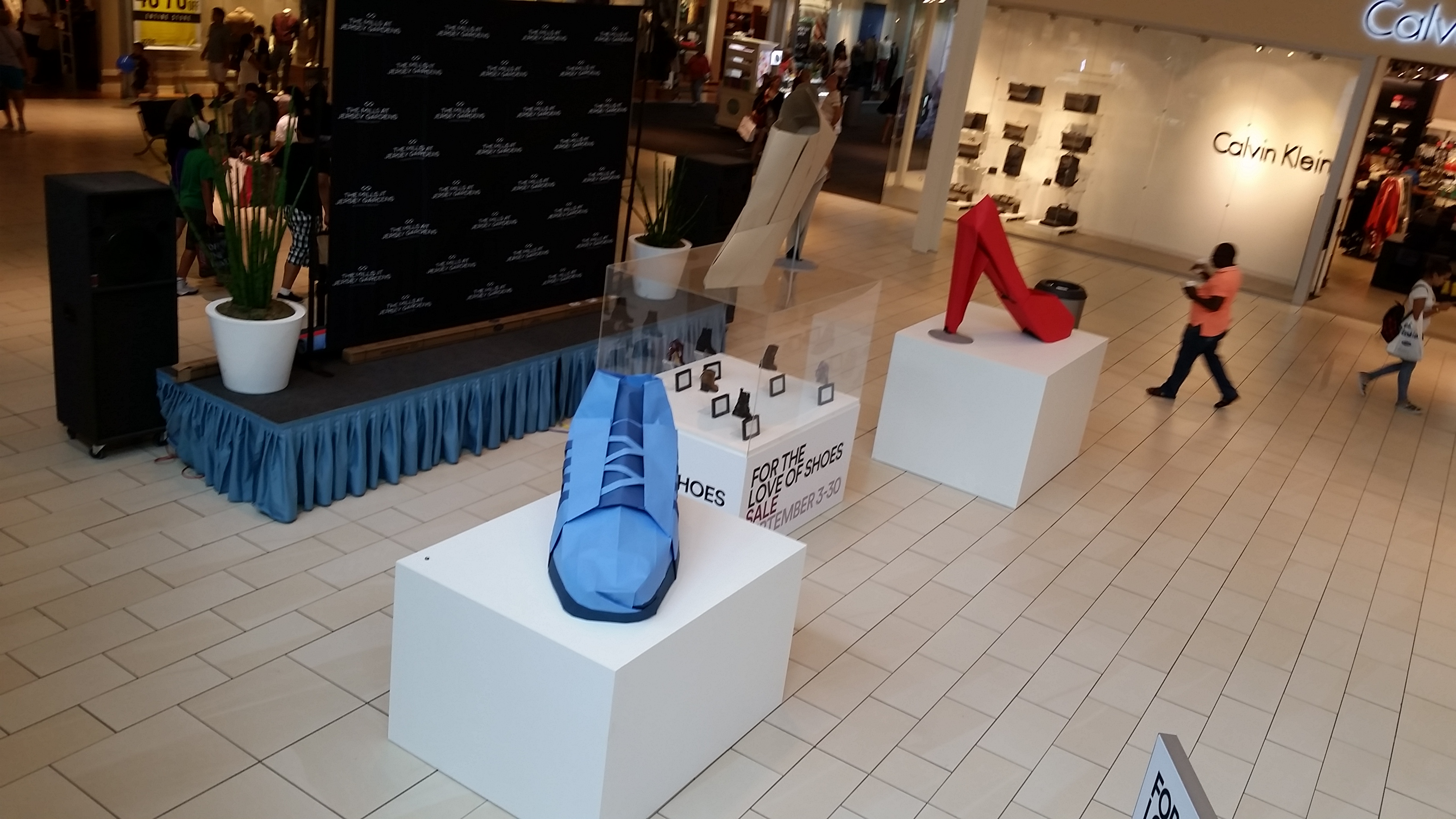 giant origami shoes at New Jersey gardens mall by Taro